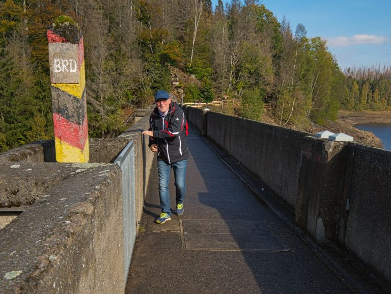 Grenzstein auf der Staumauer